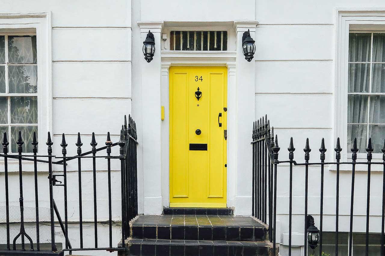 Aussenfassade gelbe Tür